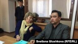 Адвокаты Гульнара Жуаспаева и Толеген Шаиков и Амин Елеусинов, председатель профсоюза предприятия Oil Construction Company, в Алматинском районном суде № 2. Астана, 14 марта 2017 года.