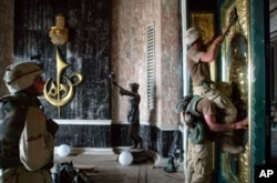 Американские военные во дворце Саддама Хусейна в апреле 2003 года