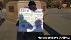 Активист Эрик Жумабаев на площади Маншук Маметовой в Уральске. 25 декабря 2019 года.