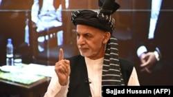 Ашраф Гани гестикулира во авганистанската претседателска палата во Кабул, 4 август 2021 година
