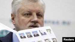 Сергей Миронов с фотографиями гипотетических членов своего гипотетического правительства