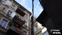 Місцева мешканка пояснює, що «всі ремонтні роботи, що потрібні, необхідно проводити власними коштами»