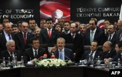 Министр экономики Турции Зафер Чаглаян объявляет об отставке