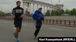 «Бірінші болу батылдық» 2-ші қайырымдылық марафонына қатысушылар. Алматы, 28 сәуір 2013 жыл.