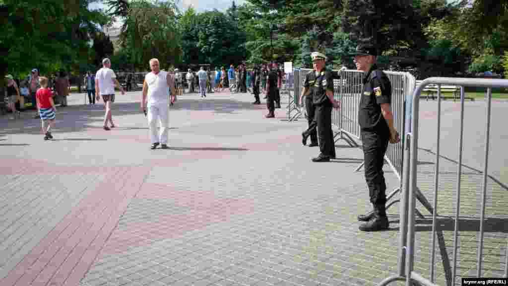 Поліція перевіряла сумки і рюкзаки, а територію проведення заходів оточили військовослужбовці Чорноморського флоту