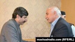 د بلوچستان اعلا وزیر ډاکټر مالک او د پښتونخوا ملي عوامي ګوند نوی ټاکل شوی سېنېټر عثمان کاکړ روغبړ کوي