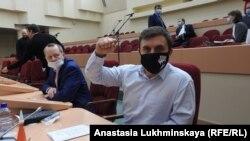 Nikolai Bondarenko (right) in the regional Duma earlier this week
