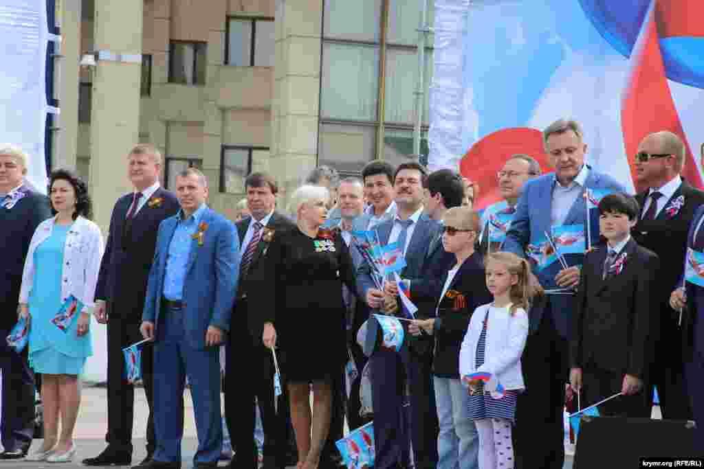 Члены «правительства» приветствовали демонтрантов с трибуны на площади Ленина. Аксенов в этом году не присутствовал