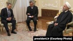Ресей қорғаныс министрі Сергей Шойгу (сол жақта) мен Иран қорғаныс министір Хосейн Дегхан (ортада) және иран президенті Хассан Роухани. Тегеран, 21 ақпан 2016 жыл.
