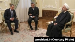 Министр обороны России Сергей Шойгу (слева) и президент Ирана Хасан Роухани, Тегеран, 21 февраля 2016 года.