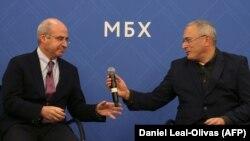 ლონდონი, ხოდორკოვსკის ცენტრი: ბილ ბრაუდერი (მარცხნივ) და მიხაილ ხოდორკოვსკი 2018 წლის 20 ნოემბრის პრესკონფერენციაზე