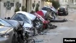 سيارات متضررة جراء قصف في مدينة حمص السورية