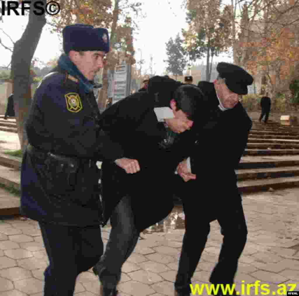 Polis Konstitusiya Məhkəməsinin keşiyində #4