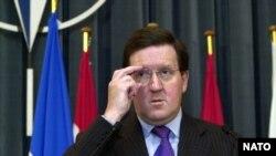 Secretarul general NATO, Lordul Robertson