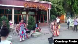 Эквадорлық музыканттар көшеде өнер көрсетіп тұр. Алматы, 24 маусым 2015 жыл.