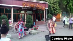Музыканты из Эквадора выступают на улице. Алматы, 24 июня 2015 года.