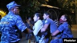 Pamje nga arrestimet e protestuesve në një rrugë të kryeqytetit Erevan në Armeni