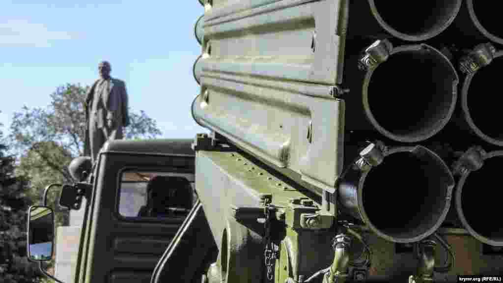 Керчане обратили внимание на то, что военная техника на площади размещена таким образом, что дула орудий направлены в сторону памятника Владимиру Ленину