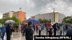 """Aktivistët mbajnë distancën fizike gjatë """"provës"""" së protestës në Prishtinë."""