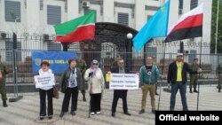 Киевта узган пикетта катнашучылар