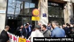 Protest opozicije ispred zgrade REM-a u Beogradu u aprilu 2019. godine
