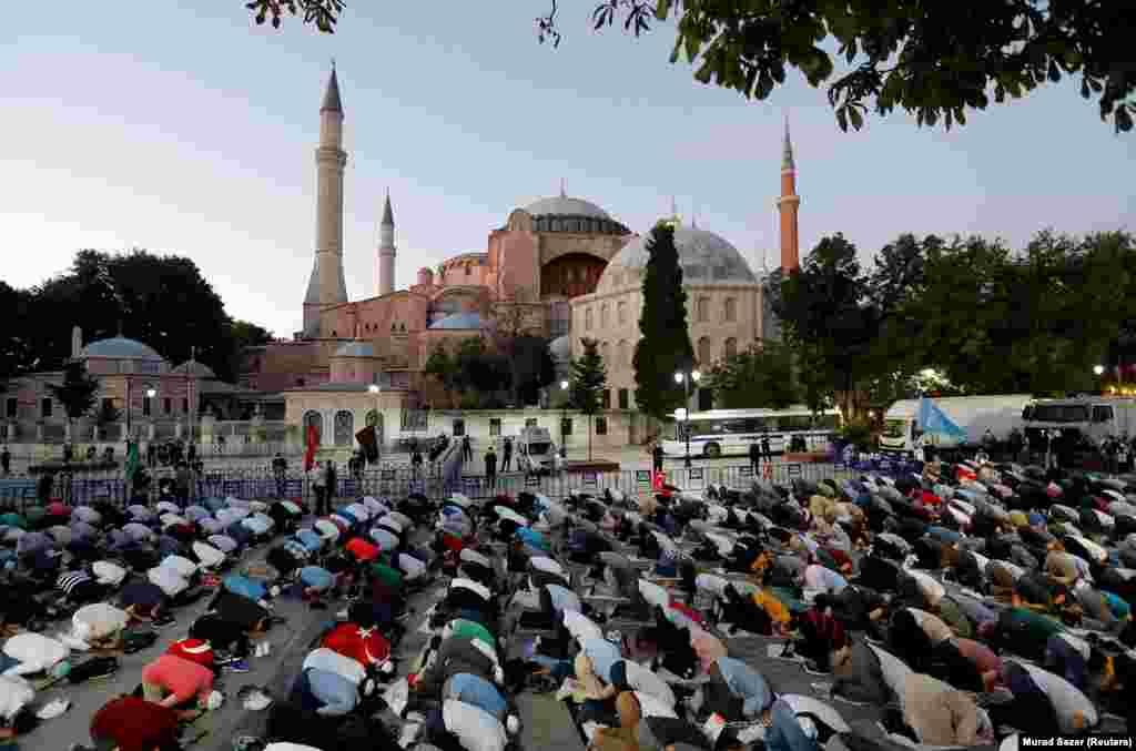 Мусульмане собираются на вечернюю молитву перед Айя-Софией после того, как 10 июля 2020 года суд решил: здание должно снова стать мечетью.  Первая после судебного решения официальная мусульманская молитва должна состояться в Айя-Софии 24 июля.