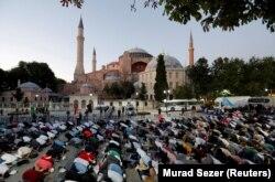 Мусульмани зібралися на вечірню молитву біля Айя-Софії у Стамбулі