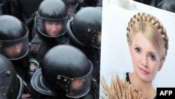 Полицейские блокируют акцию протеста в поддержку Юлии Тимошенко, бывшего премьер-министра Украины. Киев, 14 декабря 2011 года.