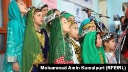 Ән салып тұрған ауған балалары. Көрнекі сурет.