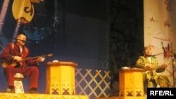 Сахнада айтыскер ақындар: Айтақын Бұлғақов (сол жақта) пен Балғынбек Имашев. Алматы, 22 наурыз 2010 жыл.