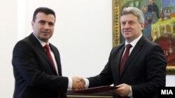 Джорґе Іванов (п) прийняв у Зорана Заєва (л) підписи депутатів на його підтримку, але мандата на формування уряду так і не дав