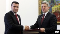 Зоран Заєв (л) вручає Джорґе Іванову (п) підписи на підтримку його уряду, Скоп'є, 27 лютого 2017 року