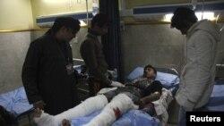 Жарылыстардан жараланған ер адам ауруханада жатыр. Ирак, Бағдад, 5 желтоқсан 2011 жыл.