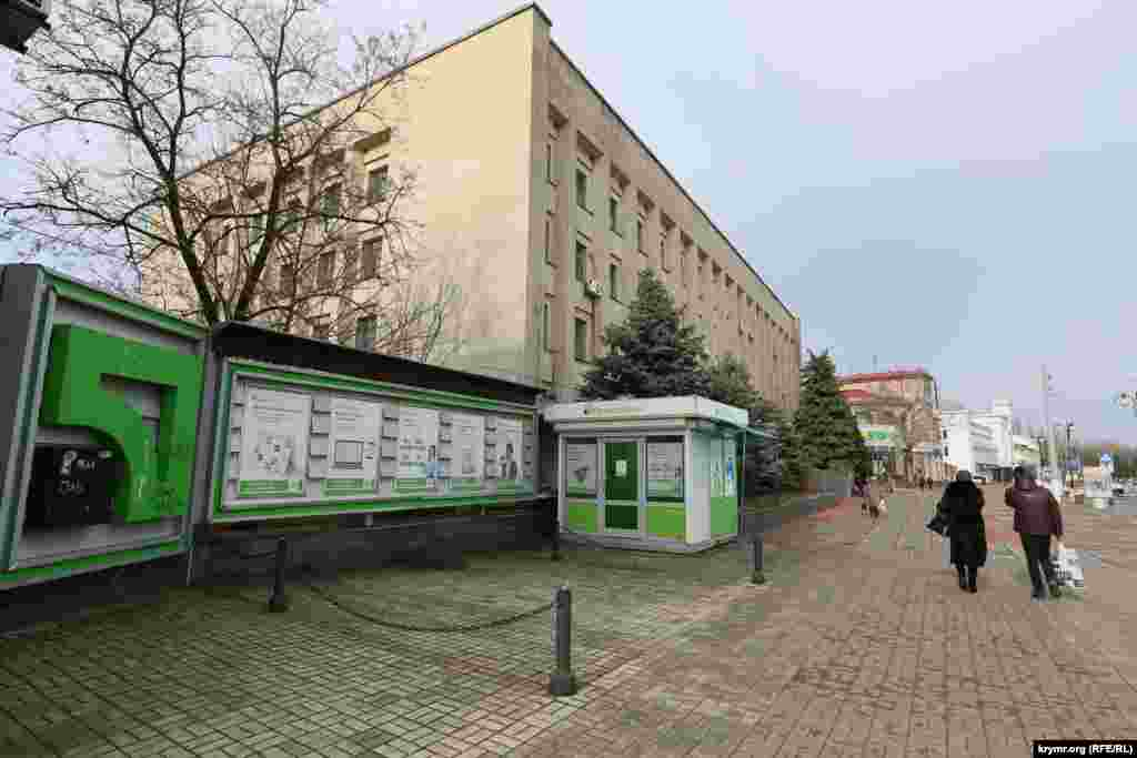 На центральных улицах Керчи «Приватбанк» продолжает предлагать свои услуги.