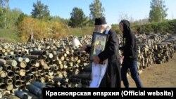Священник Алексий Александров окропляет снаряды в воинской части