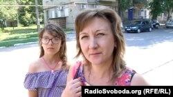 Жінка нарікає на бідність, що панує у місті