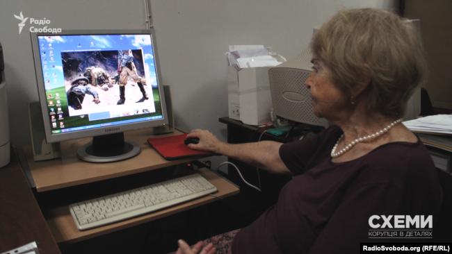 Вдова Пузиркова демонструє фото картини «Вони боролися за Батьківщину»