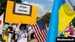 Protestatari lângă Casa Albă din Washington ce manifestau împotriva agresiunii Rusiei în Ucraina. 18 septembrie 2014