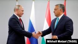 Президент Росії Володимир Путін (ліворуч) під час зустрічі із прем'єр-міністром Угорщини Віктором Орбаном. Будапешт, серпень 2017 року
