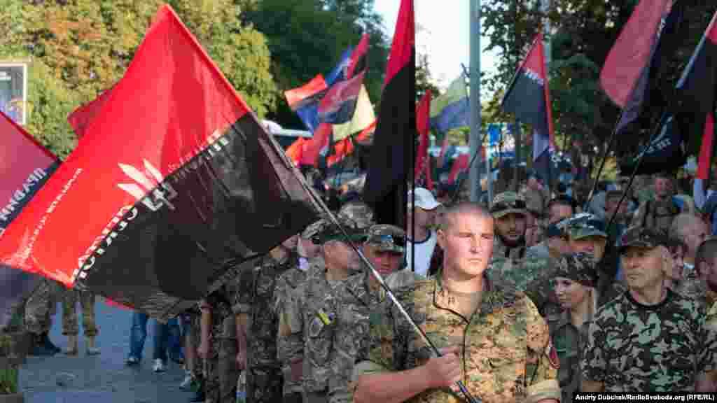 Колона «Правого сектору» рухається до майдану Незалежності вулицеюГероїв Небесної Сотні