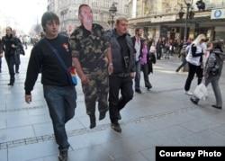 Pripadnici pokreta 1389 sa kartonskim likovima Ratka Mladića, Beograd, 2010.