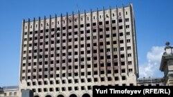 1992-93 წლების ომის შედეგად დაზიანებული აფხაზეთის მინისტრთა საბჭოს შენობა