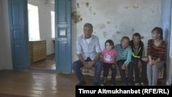 67-летний пенсионер Каир Кошелеков с детьми. Село Жолкудык Павлодарской области.