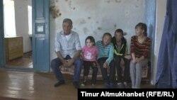 67 жастағы зейнеткер Қайыр Көшелековтің балаларымен түскен суреті.