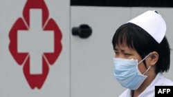 China -- A nurse wears a mask at Sichuan Provincial Hospital in Chengdu, 11May2009