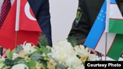 Государственные флаги Узбекистана и Турции.