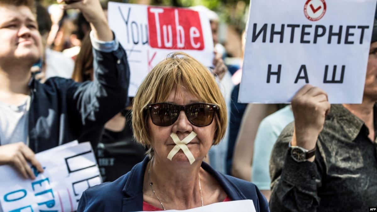 У Росії мітингують за свободу інтернету. Поліція вилучає плакати і повітряні кульки