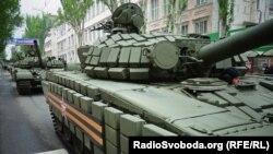 Під час «параду» в Донецьку, 9 травня 2015 року. На техніці – прикметні знаки Збройних сил Росії.