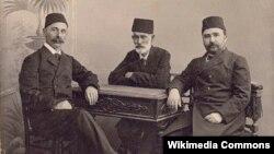 İsmayıl bəy Qaspralı, Həsən bəy Zəredabi və Əlmərdan bəy Topçubaşov, Bakı, 1907-ci il.