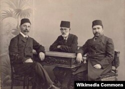 Soldan sağa: İsmayıl Qaspralı, Həsən bəy Zərdabi və Əlimərdan bəy Topçubaşov, 1907, Bakı